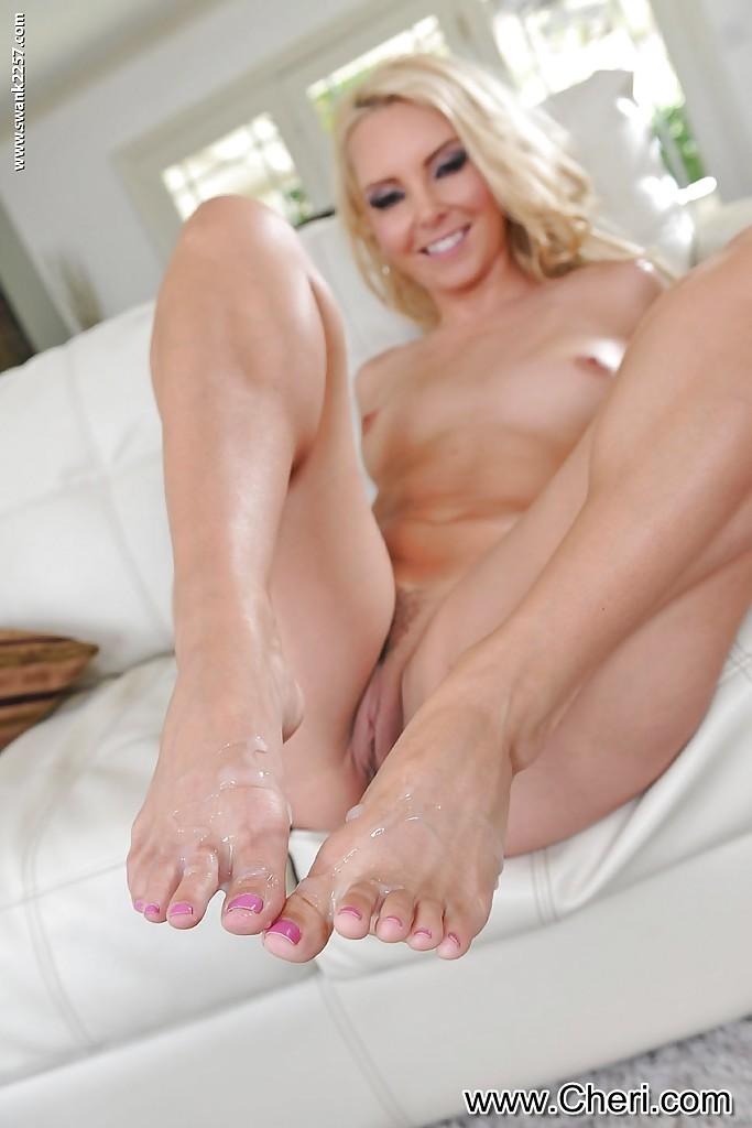 Блондинка получила на ступни сперму фетишиста после дрочки ногами