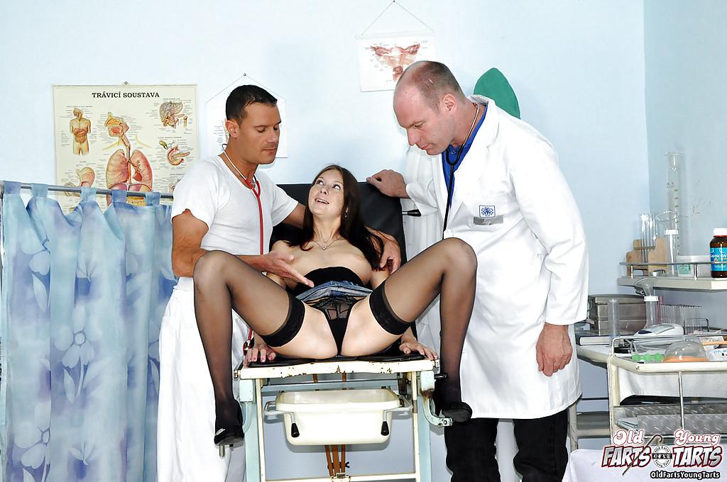 Два доктора дали на рот конопатой девушке после обследования