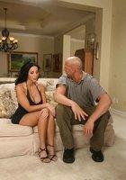 Зрелка с упругими сиськами на диване сношается с лысым мастером 4 фотография