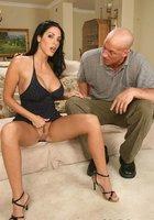 Зрелка с упругими сиськами на диване сношается с лысым мастером 5 фотография