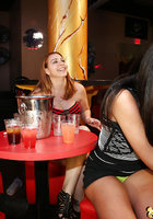 Пьяные бабы по очереди отсасывают негру на вечеринке 11 фотография