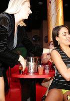 Пьяные бабы по очереди отсасывают негру на вечеринке 12 фотография