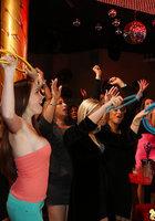 Пьяные бабы по очереди отсасывают негру на вечеринке 14 фотография