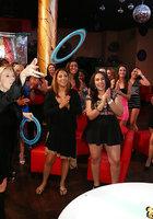 Пьяные бабы по очереди отсасывают негру на вечеринке 16 фотография
