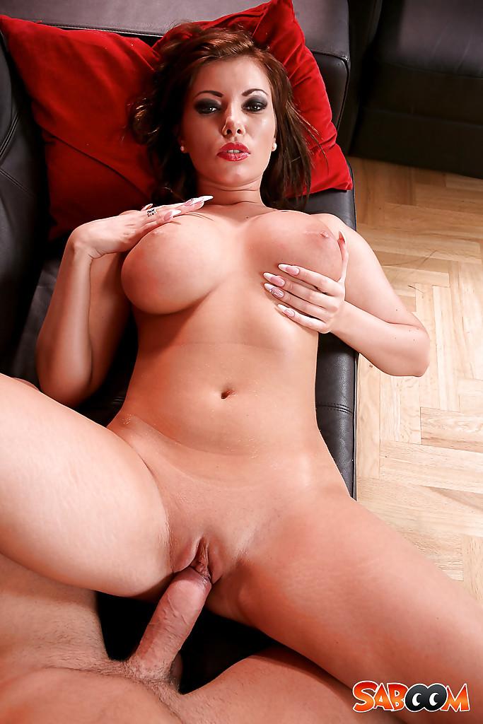 Грудастая дама занимается анальным сексом на черном диване