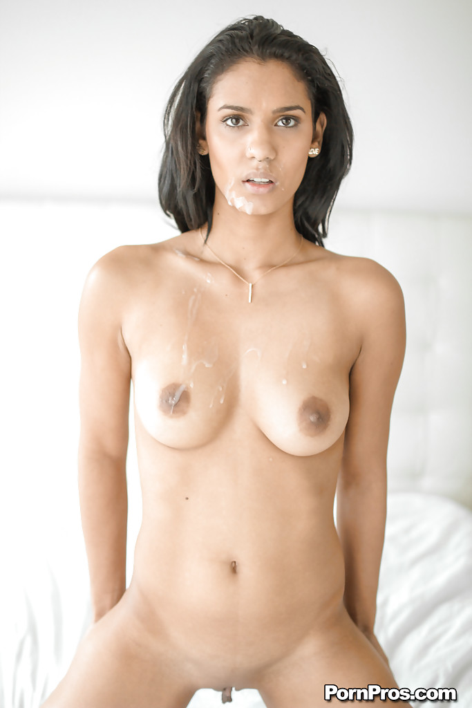 Модель с темными волосами с стриженной пиздой впустила в себя хер парня после прелюдии секс фото