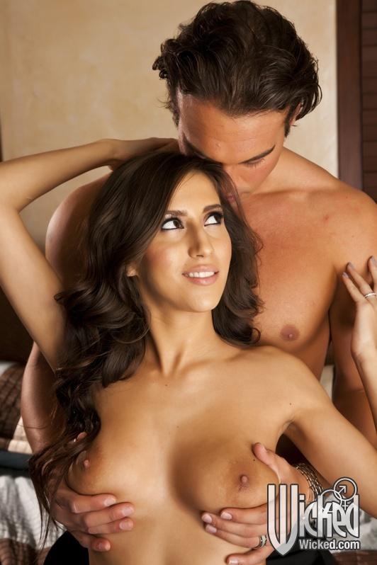 В спальне парень жарит шикарную латинку с интимной стрижкой