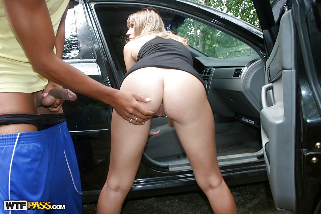 Баба отсосала двум типам около автомобиля