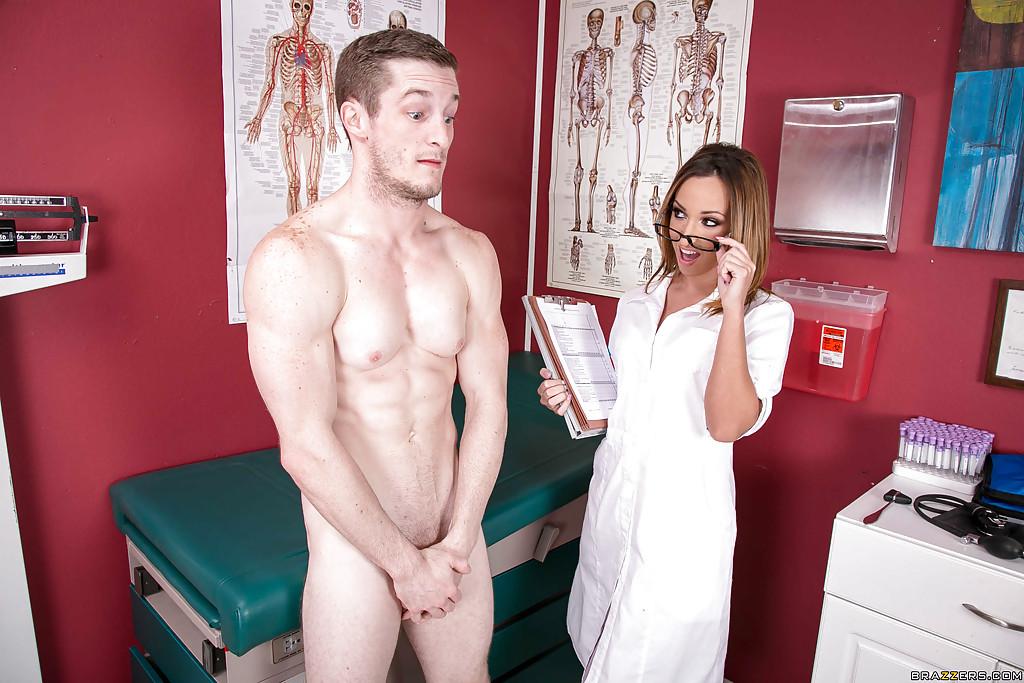 Озабоченная медичка в халатике заглатывает красавчику на работе