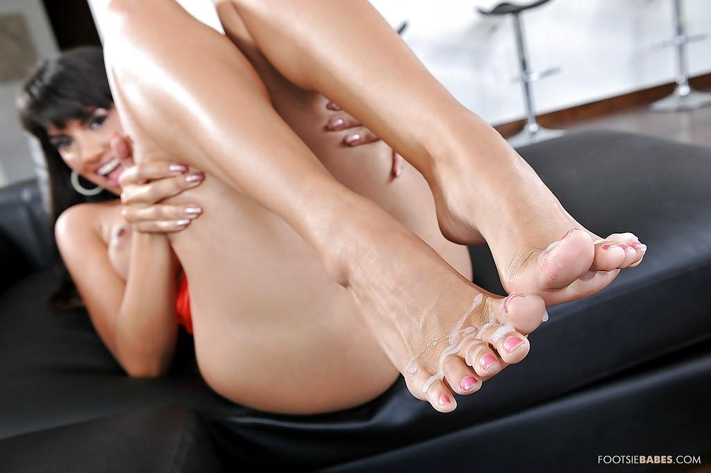 Брюнеточка мастурбирует пенис пацана прекрасными ногами у него дома