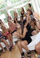 Голый негр развлекает баб на девичнике и иногда дает им в рот 11 фотография