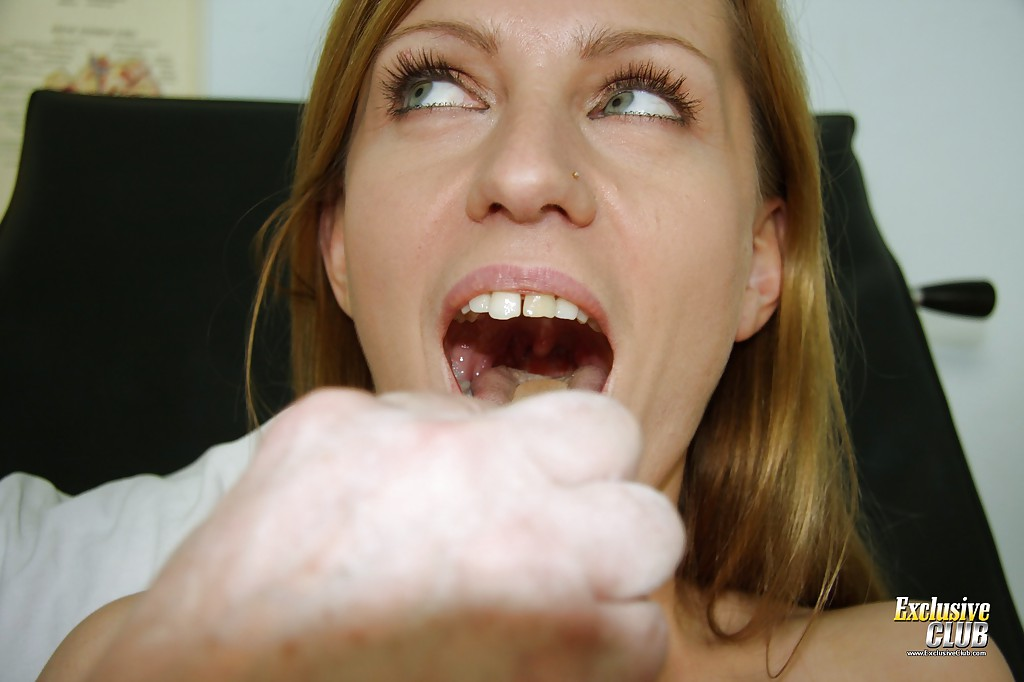 Доктор изучает мохнатую вагину пациентки пришедшей к нему в кабинет