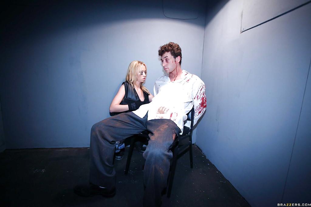 Заложник порет в задницу секретную агентку в почти пустой комнате