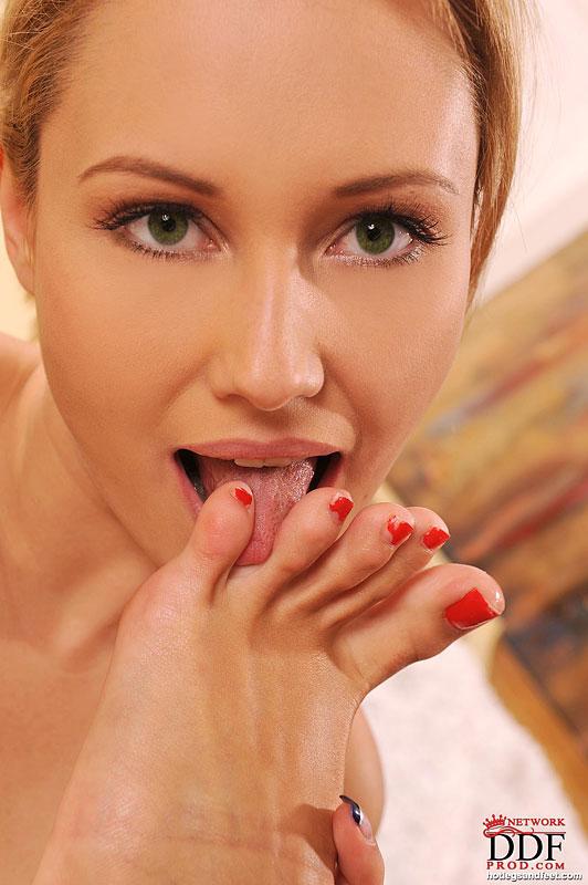 Лесби ножкой соблазняет аккуратную вагину няшки надевшей секси-костюм Санты секс фото