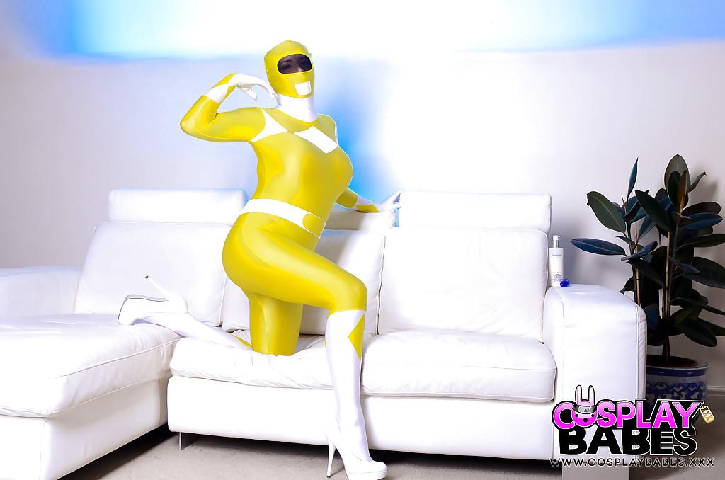 Милфа снимает костюм могучего рейнджера чтобы мастурбировать секс игрушкой