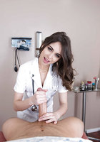 Молодая медсестра в халатике сосет пациенту на приеме в больнице 3 фотография