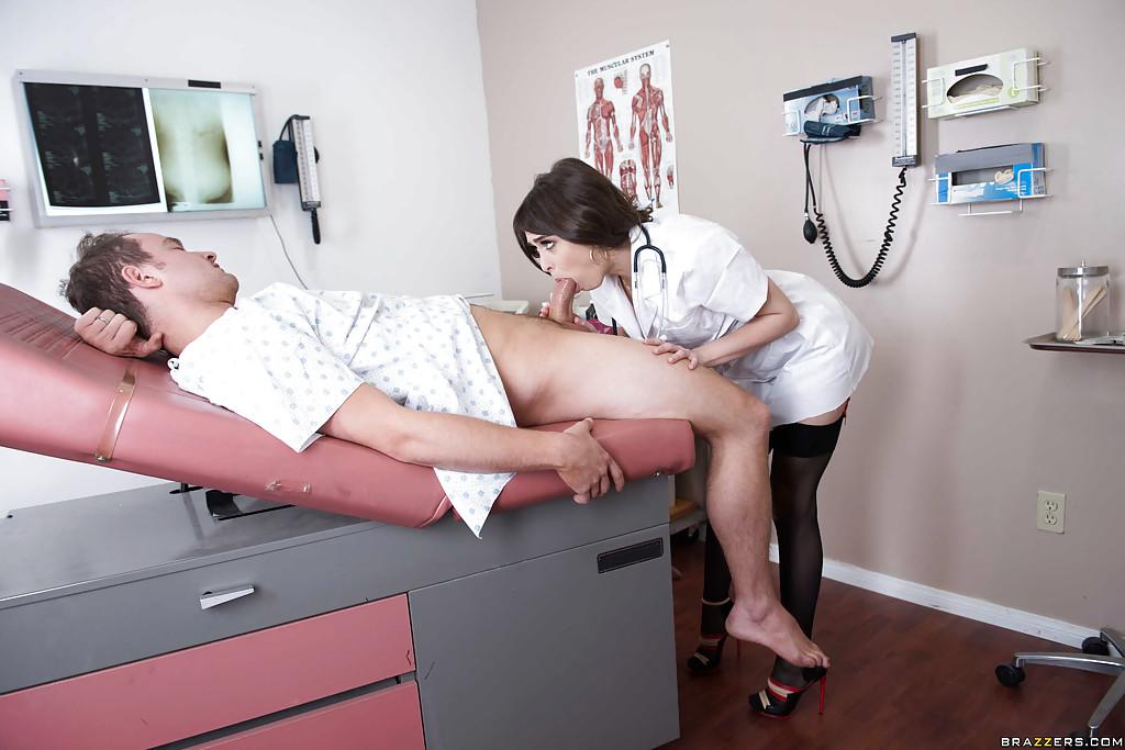 Молоденькая медсестричка в халатике лижет пациенту на приеме в больнице