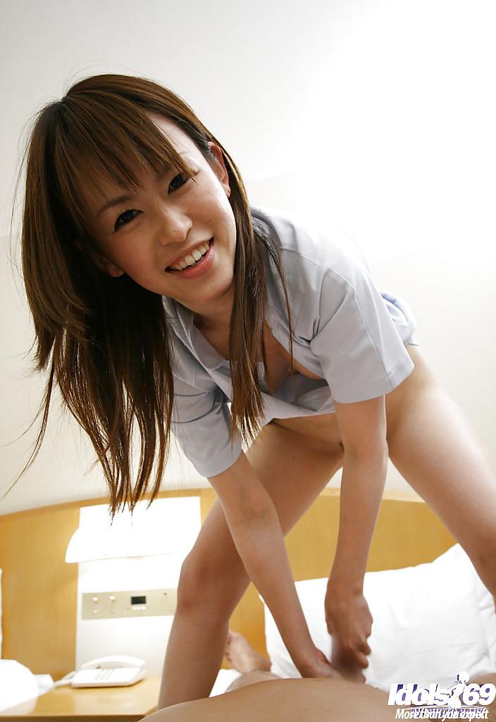 В номерах японка в рубашке насадилась лохматой мандой на писюн