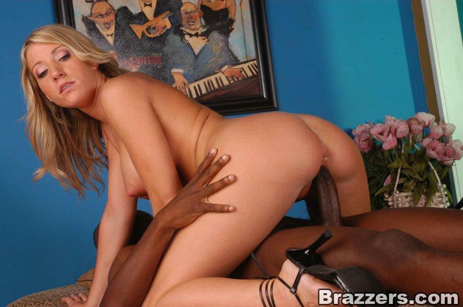 Негр жарит в киску блондинистую зрелку у нее в своей квартире
