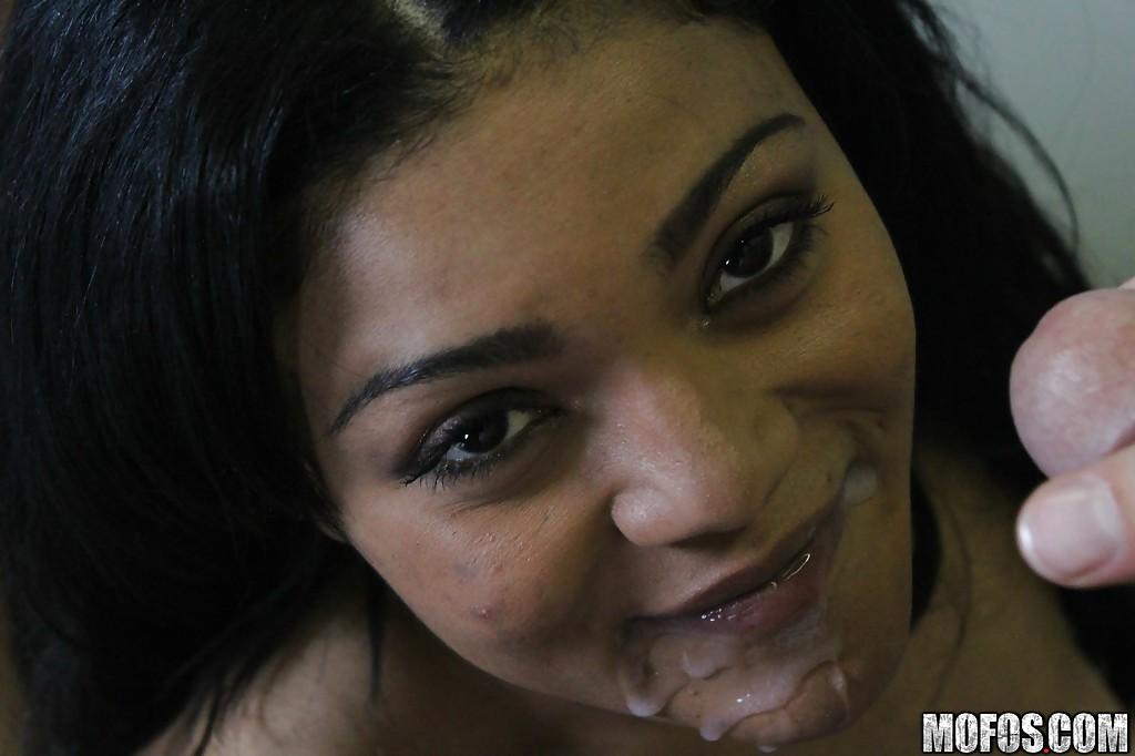 Молодая арабка мастурбирует глядя на то как брюнетка шалит с парнем