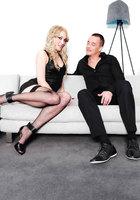 Блонда в черных чулках страстно сношается с мистером на диване 1 фотография