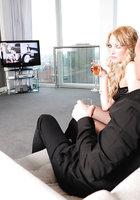 Блонда в черных чулках страстно сношается с мистером на диване 3 фотография