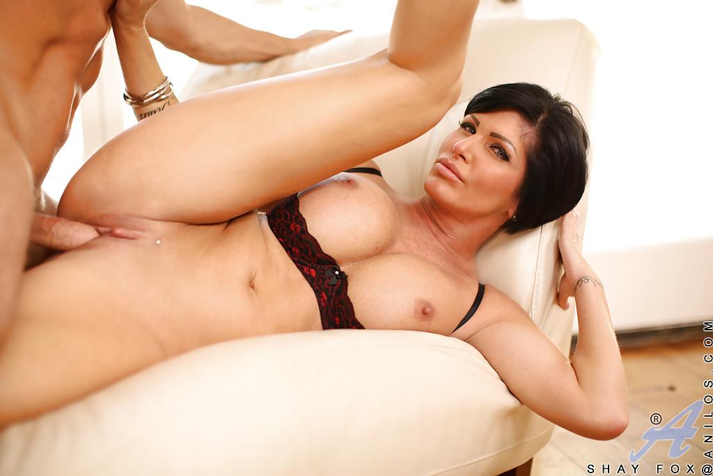 Самец на диване ебет во влагалище брюнетистую мамашу с гигантскими грудями