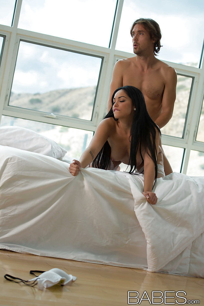 В просторной комнате страстная русая порноактрисса в белых носках ртом трогает фаллос мужика