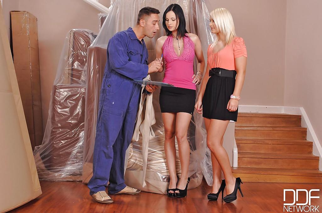 Блондинка в юбке смотрит на то как грудастая темноволосая девка берет в рот грузчику смотреть эротику