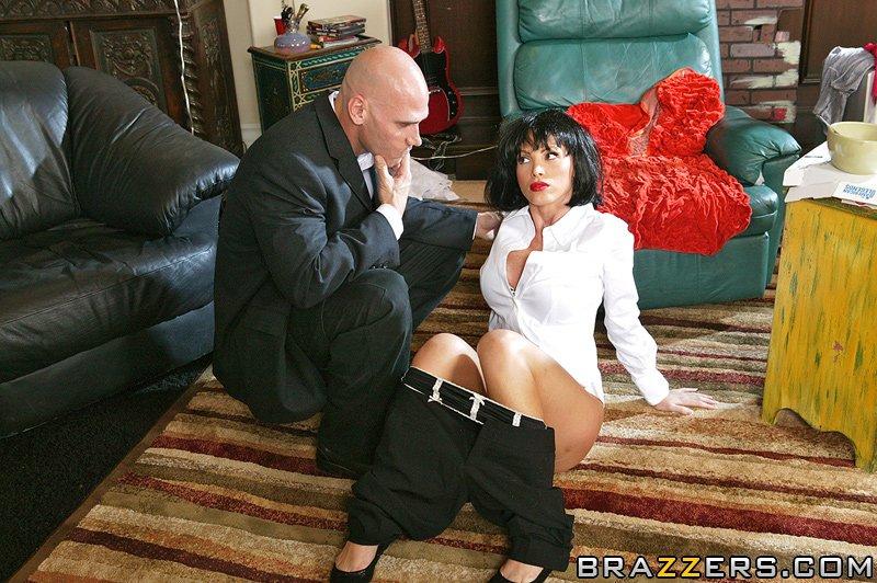 Джонни Синс трахает в жопу брюнетистую милфу с большими сиськами у нее дома