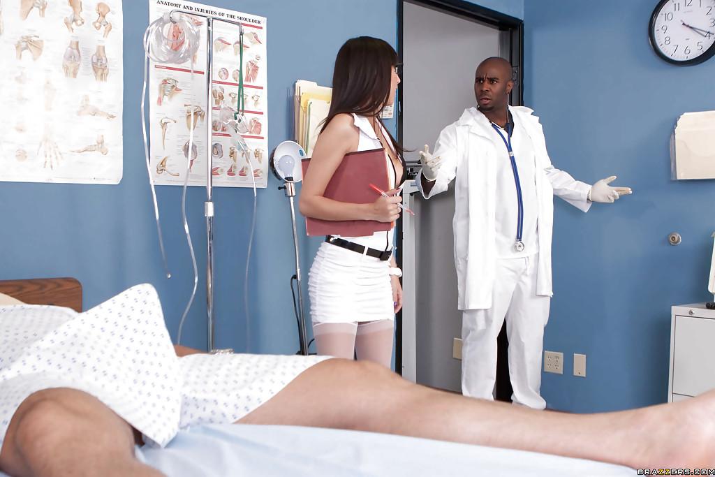 Начальница носящая очки в больничной палате ебётся со своим работником