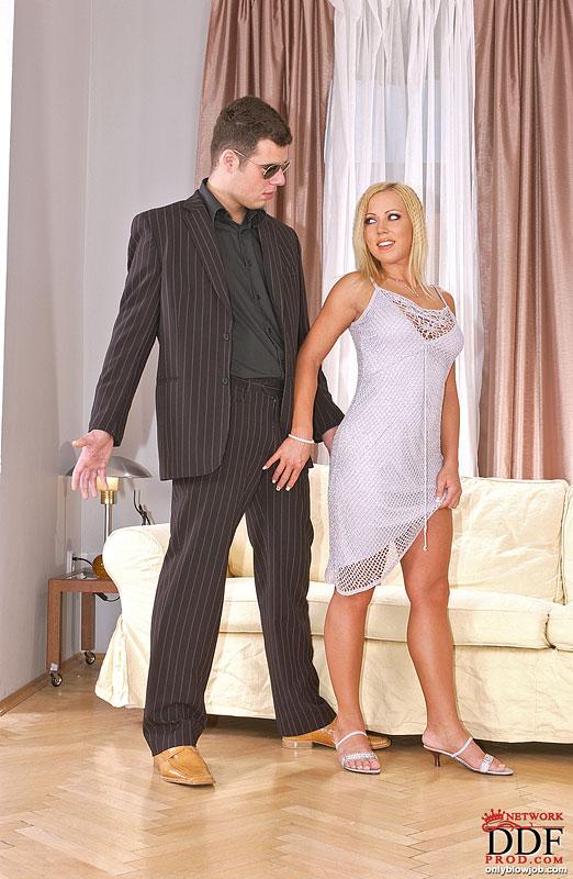 Голубоглазая модель со свелыми волосами облизывает вставший фалллос соседа у него в номерах секс фото