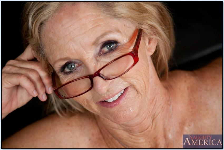 Блондинистая бабушка в очках впустила в вагину член мужчины