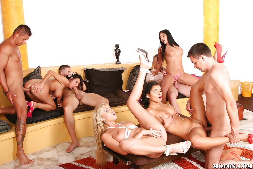 Несколько голеньких сучек устроили у себя дома оргию с юнцами