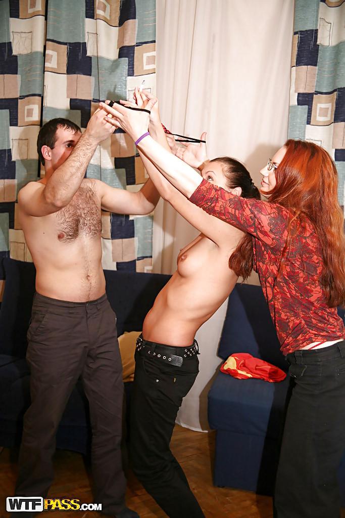Компания парней и девушек устроила в квартире групповуху