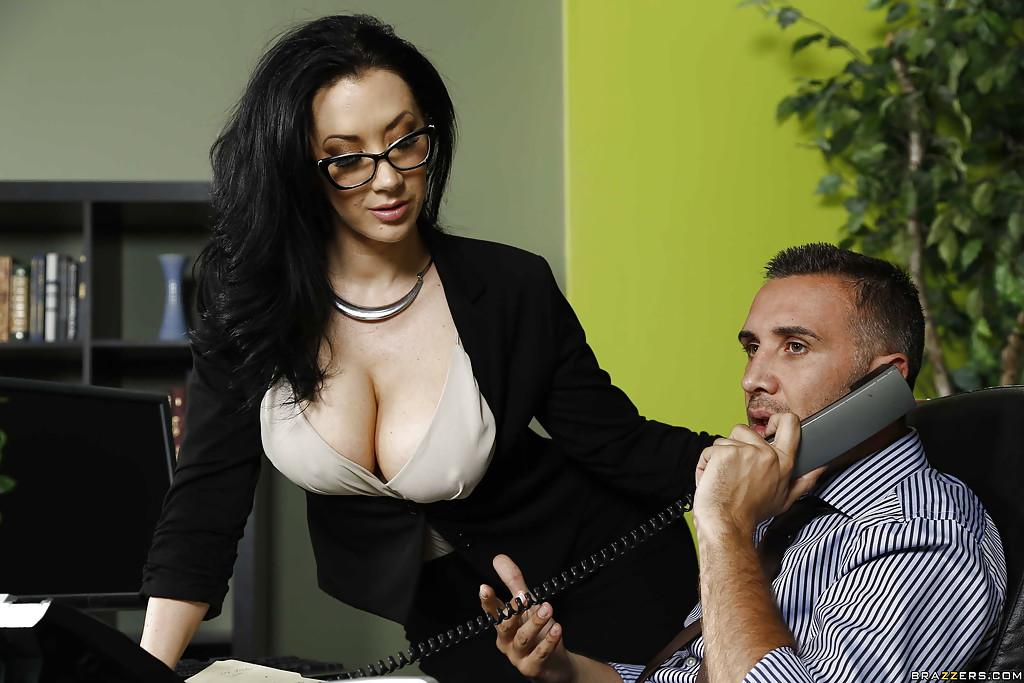 Брюнетистая секретарша отдалась начальнику в его кабинете