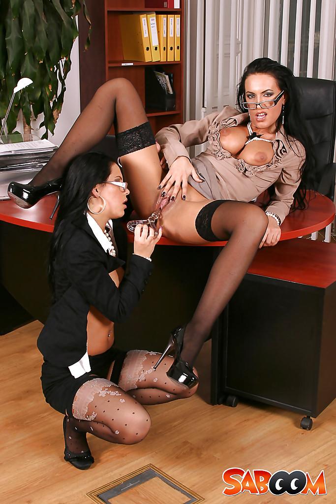 2е бухгалтерши в очках в кабинете позируют с помощью секс игрушек