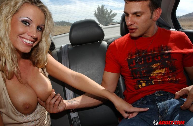 Мамочка с огромными дойками лижет писюн юнца в автомобиле
