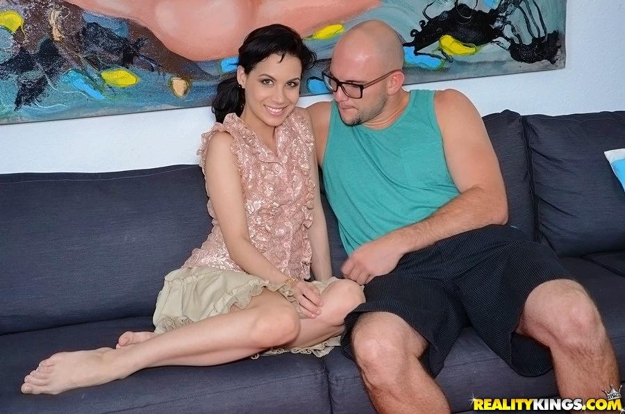 Грациозная русая порноактрисса на софе лижет кукан лысого ловеласа