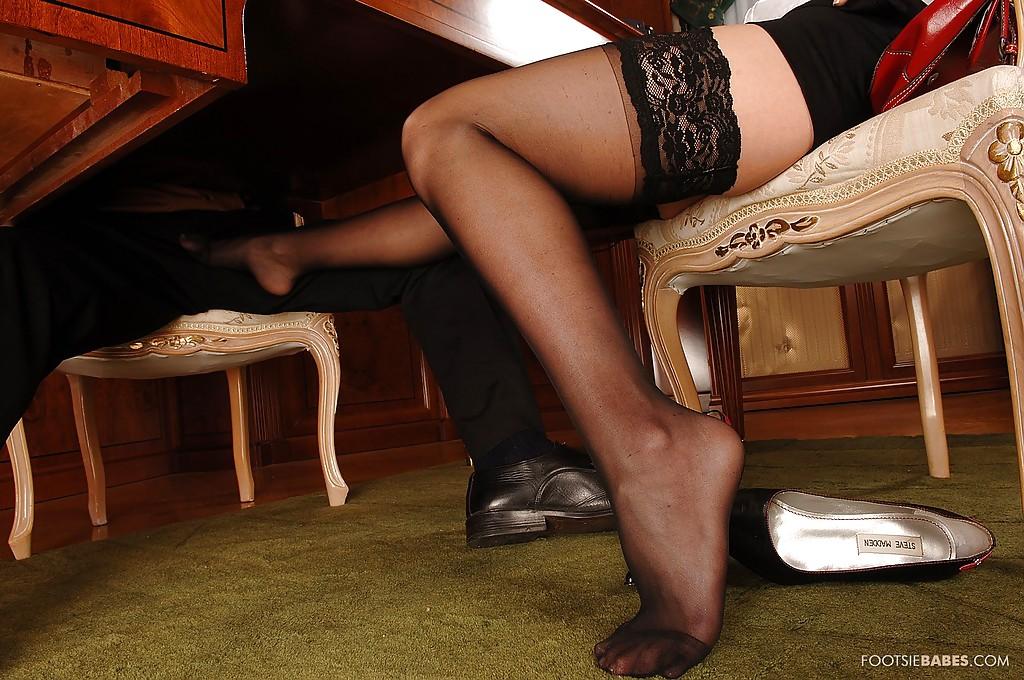 Светлая порноактриса ебется с фетишистом во время собеседования секс фото