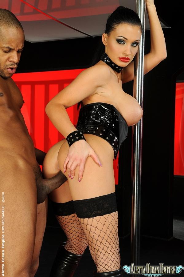 Стриптизерша в черном белье трахается с негром около шеста смотреть эротику