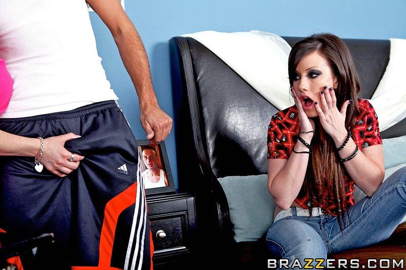 Нимфа в спальне сняла джинсы и начала трахаться в жопу с сожителем