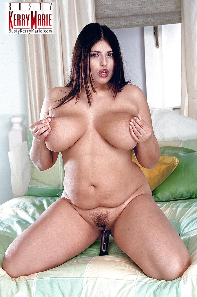 Толстая шатенка мастурбирует вагину металлическим самотыком лежа на кровати