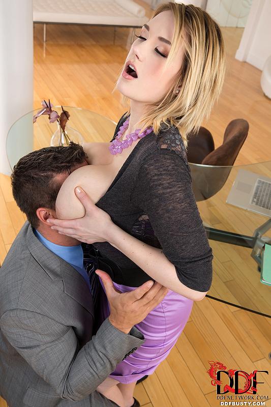 Аппетитная блонда с крупными дойками грешит с ловеласом возле стеклянного стола