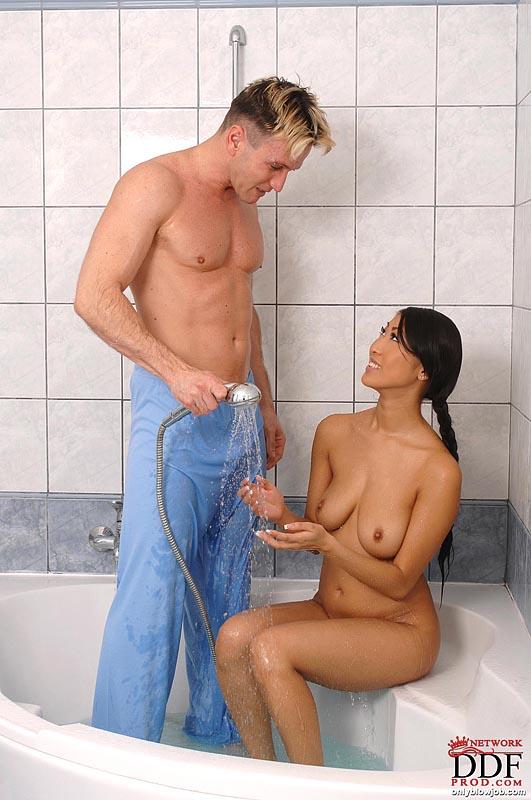 Азиатка с длинной косой отсасывает белому ловеласу в ванной