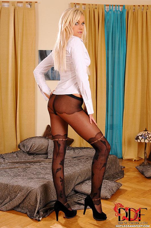 Блондиночка в черных колготках на кровати мастурбирует письку дилдо смотреть эротику