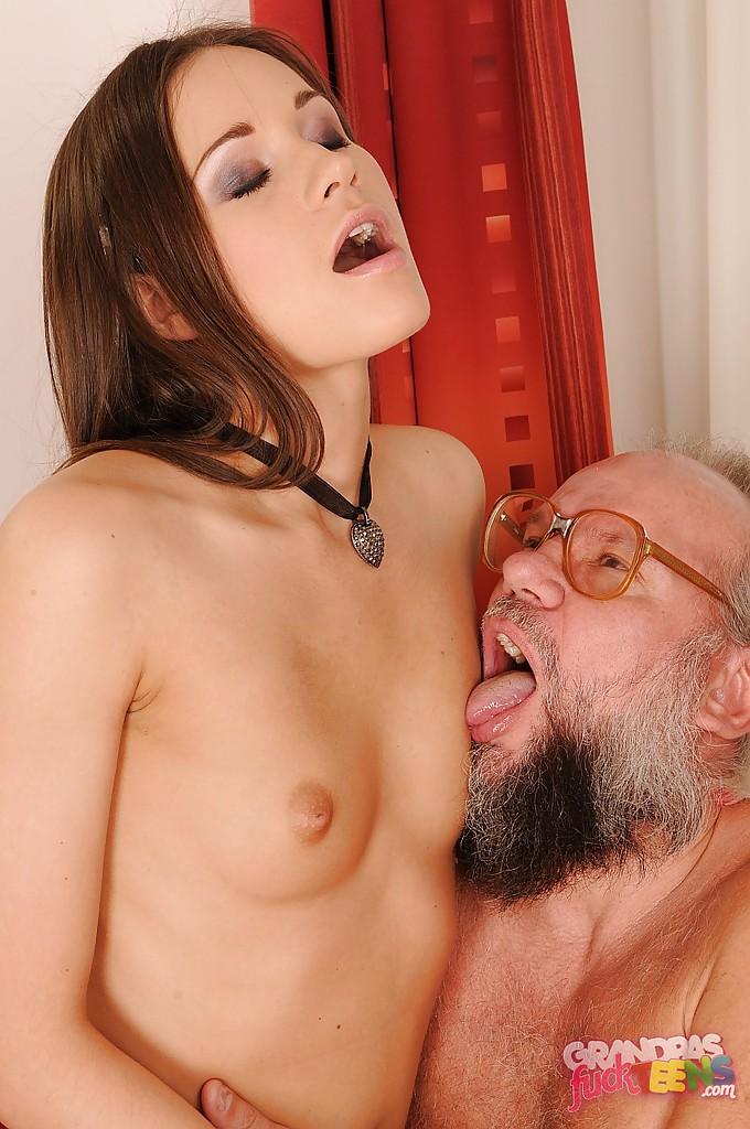 Бородатый старик на красном диване жарит молоденькую девку во влагалище секс фото