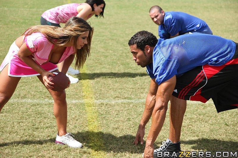 Спортсменка с громадными дойками трахается с юнцом после сыгранного матча