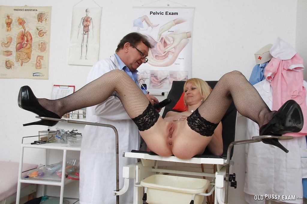 Гинеколог осматривает писю возрастной блондиночки сидящей в специальном кресле