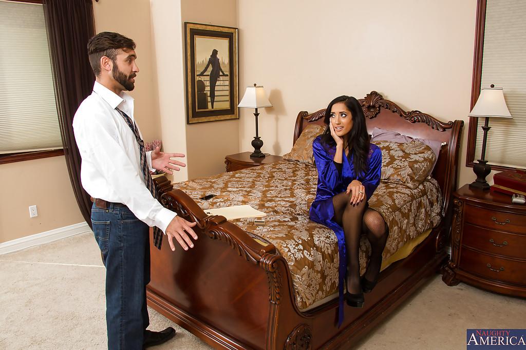 Огненная девушка латинской внешности в чёрном бодистокинге сношается с кавалером в спальне